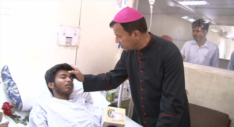 Archbishop Shaw with victim in hospital after the Gulshan-i-Iqbal Park, Lahore bomb attack © Catholic TV Pakistan