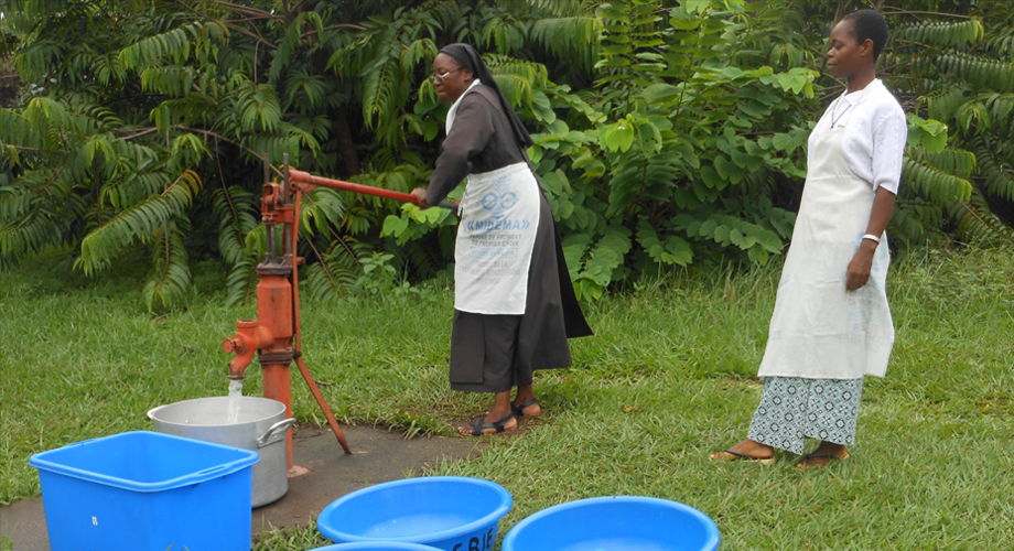 Discalced Carmelite Sisters at the Glorious St Joseph Convent in Kinshasa, DRC use a hand pump and basins for water (© Aid to the Church in Need)