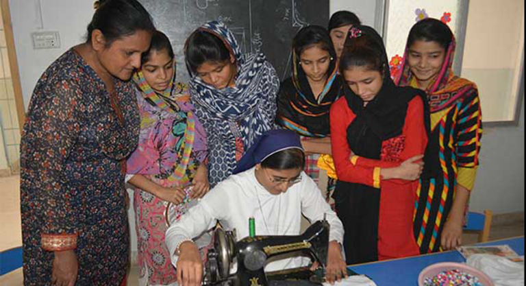 Good Shepherd Sisters providing vocational training for illiterate young Christian women, Azam Town, Karachi, Pakistan (© Aid to the Church in Need)