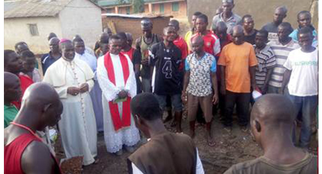 Bishop Joseph Bagobiri and Fr Alexander Yeyock at the graveside of a victim killed in the Fulani Herdsmen attack on Holy Saturday in Asso, Kaduna State, Nigeria (© Aid to the Church in Need)
