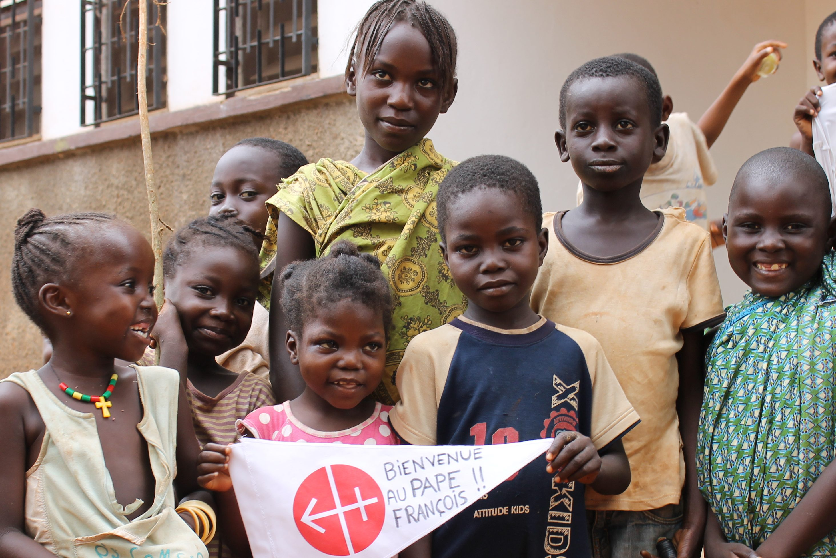 Children in the Central African Republic holding a banner thanking Aid to the Church in Need (© Aid to the Church in Need)