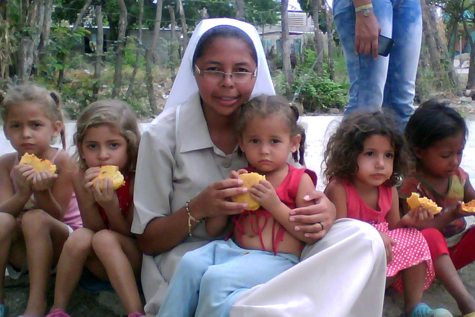 Sister feeding Venezuelan children (© ACN)