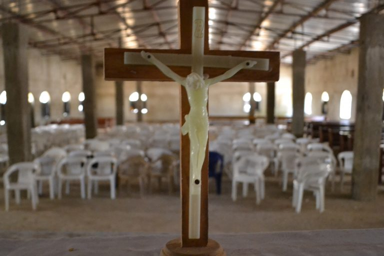 Cross on the altar of a church in Nigeria (© ACN)