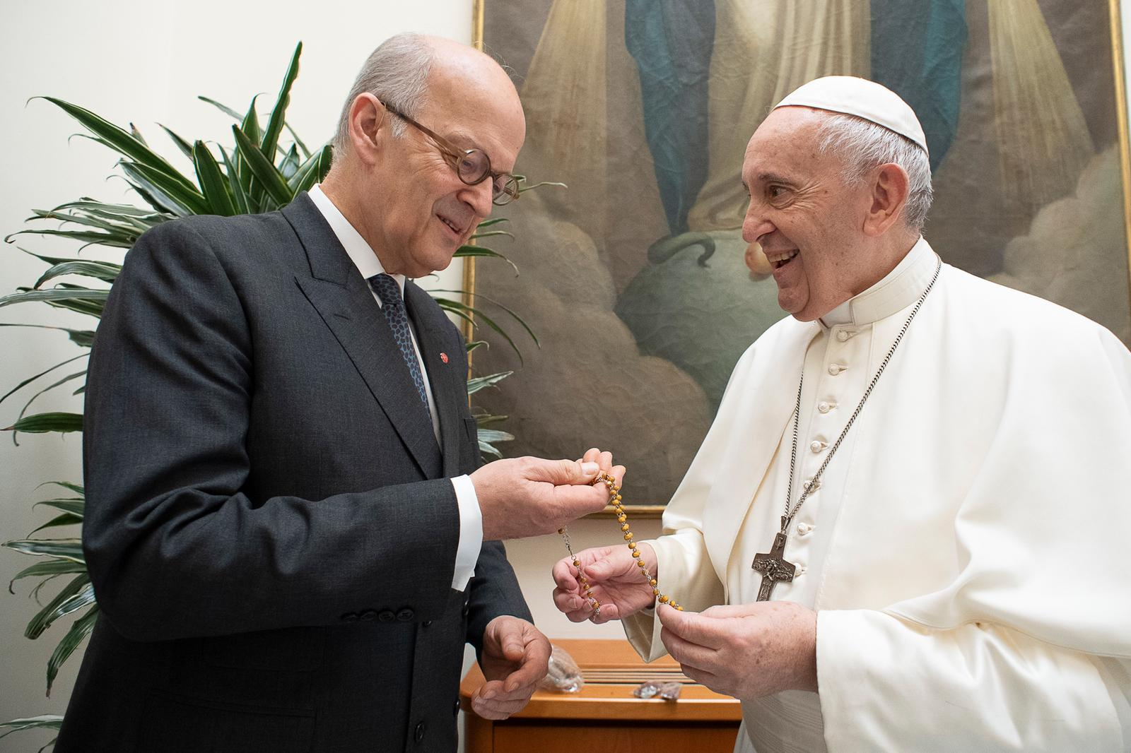 Thomas Heine-Geldern, Executive President ACN (International) shows Pope Francis one of the rosaries made in Bethlehem (© Servizio Fotografico - Vatican Media).