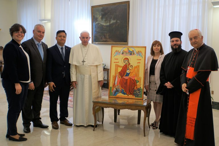 Pope Francis with the icon and a delegation from Aid to the Church in Need (© Aid to the Church in Need).