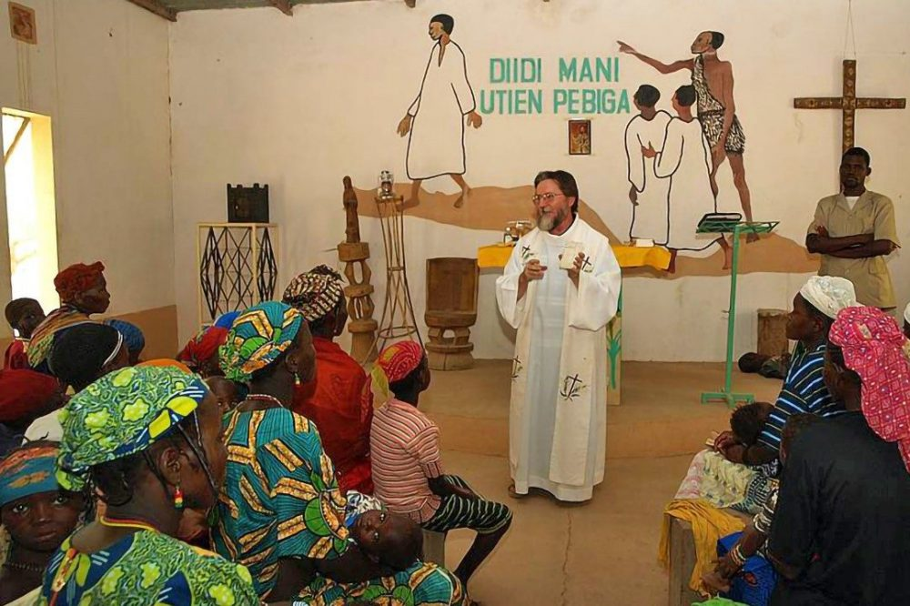 Father Pierluigi Maccalli says mass in Niger (©DR).