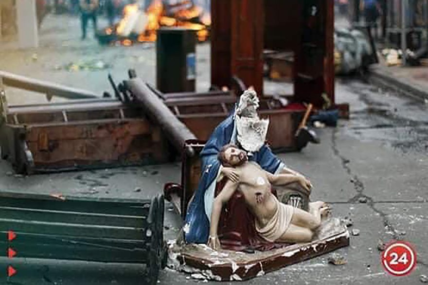A bonfire of the of the church furniture and statues (Credit: 24horascl)