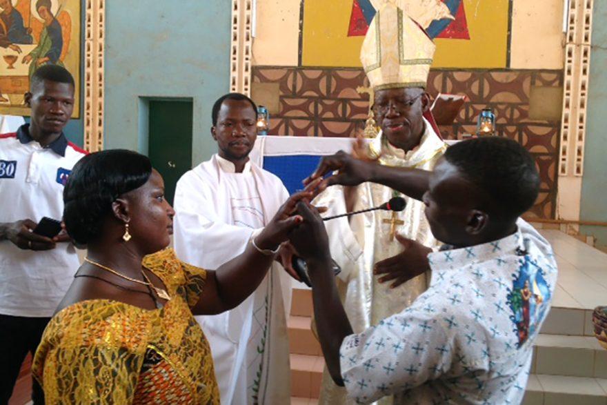 Bishop Justin Kientega with parishioners (© Aid to the Church in Need)