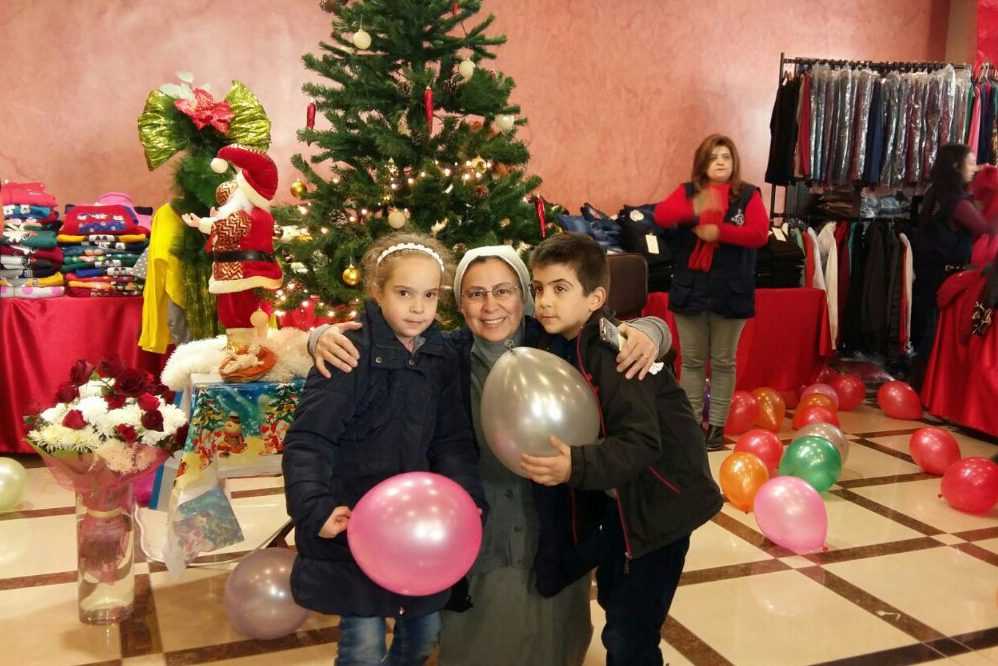 Sister Annie Demerjian with children at Christmastime (Credit: Aid to the Church in Need)