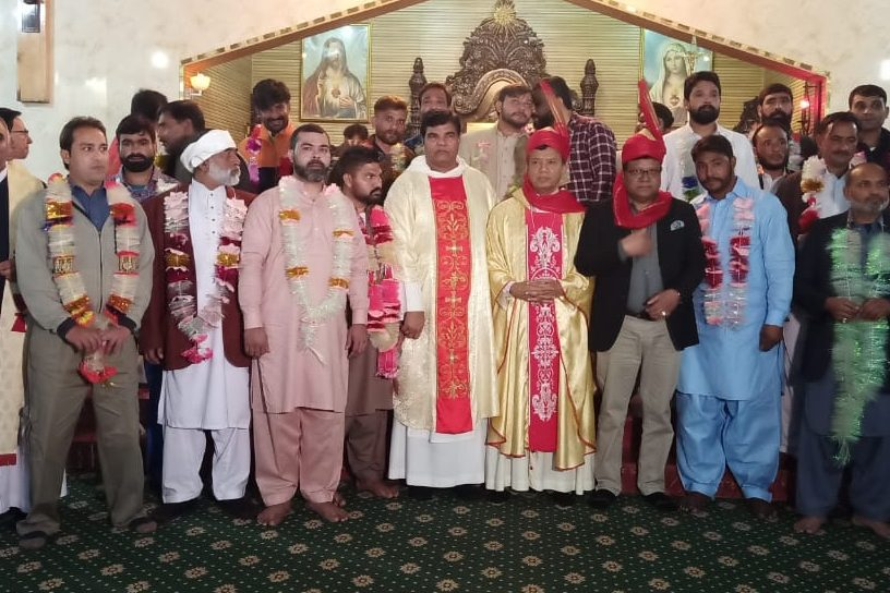 Former prisoners and their families and friends after a Mass in Lahore's Sacred Heart Cathedral to mark their release celebrated by Archbishop Sebastian Shaw (© Archdiocese of Lahore)