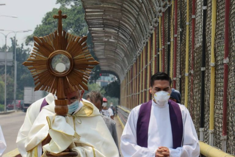 Priests carrying out the blessing with the Blessed Sacrament in San Cristóbal Diocese (Credit: Aid to the Church in Need)