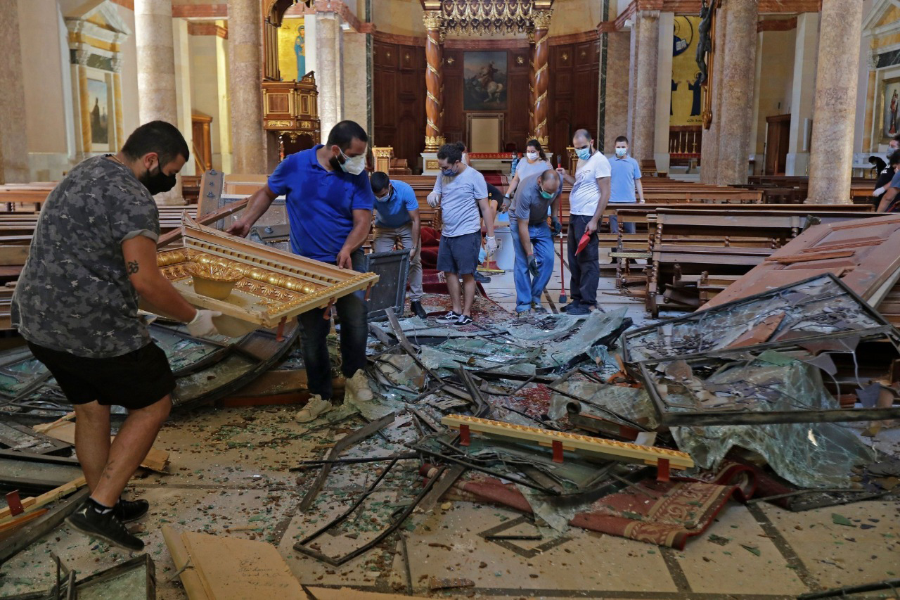 With picture of Beirut explosion (© Maronite Church/Beirut)