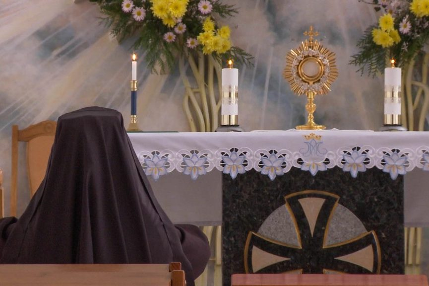 A Benedictine Sister prays during Adoration in the covent chapel in Zhytomir, Ukraine, 2019. ©ACN