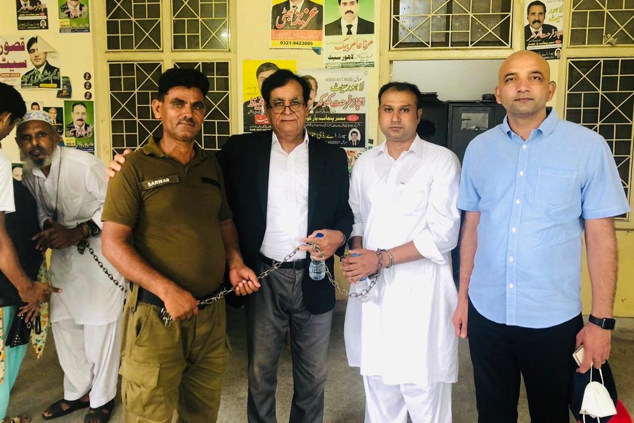 With image of Asif Pervaiz (second right with handcuffs) with Sajid Christopher (far right) (© Tanveer Bhatti)