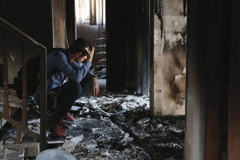 Fadi Saqat in a destroyed house in Qaraqosh (©F. Essa/Aid to the Church in Need)