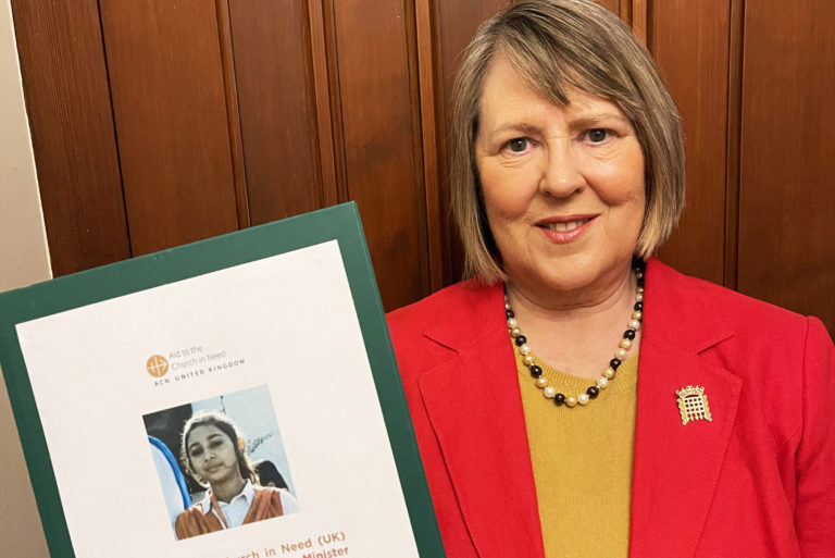 Fiona Bruce MP with petition calling for UK asylum for Maira Shahbaz signed by more than 12,000 people (© Aid to the Church in Need)