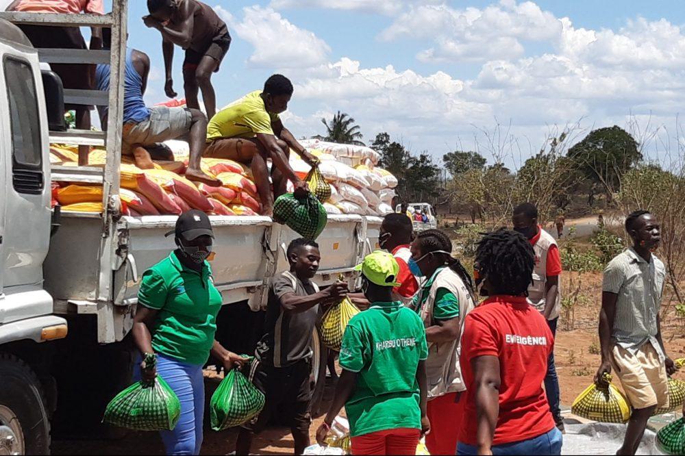 Emergency aid for displaced families in Pemba (© Johan Viljoen).