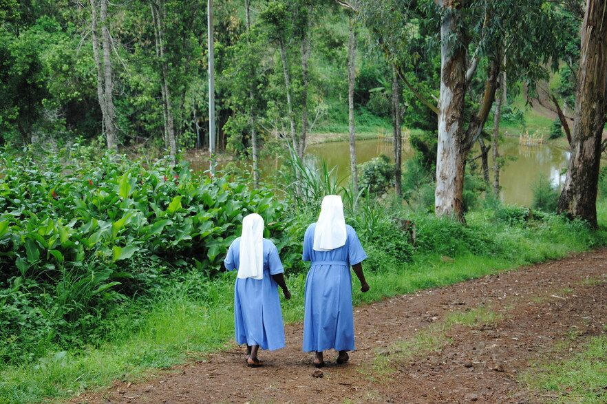 Daughters of the Resurrection walking in Bukavu (Image © ACN)