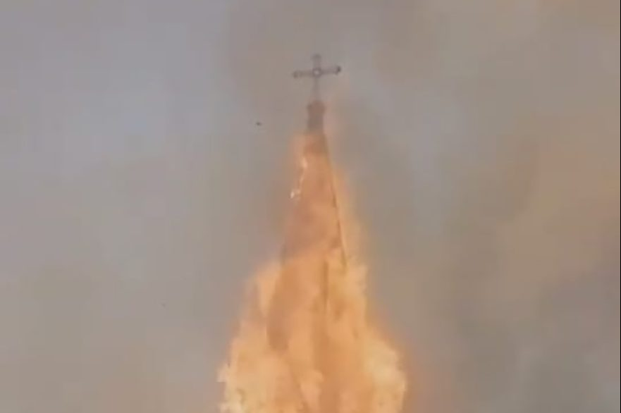A fire during the attack on the Church of the Assumption (© Aid to the Church in Need)