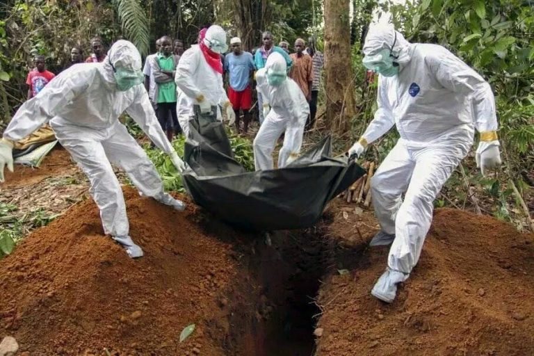 The funeral of an Ebola victim (© ACN)